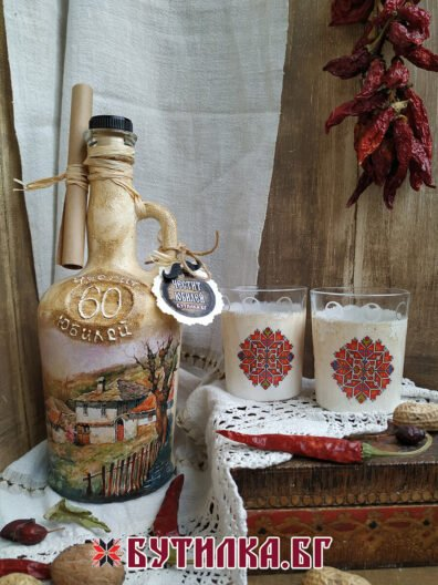 бутилка с дръжка и чаши за ракия