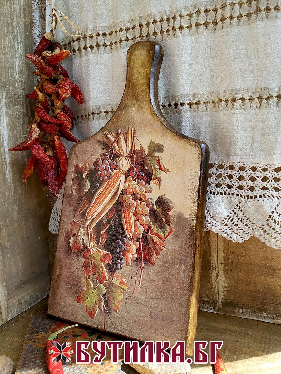 дъска за рязане с грозде и царевица
